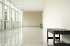 Passage couvert vide dans la perspective de hall de bâtiment avec le long mur blanc Image stock
