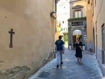 Passage d'étrangers dans une allée florentine Photos libres de droits
