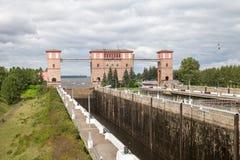 Passage d'écluse au canal de rivière pour des bateaux Photos stock