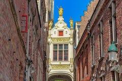 Passage dans un style très fleuri décoré à Bruges photo stock