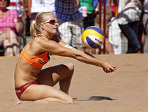 Passage de bille de l'Allemagne de femme de volleyball de plage Photo stock