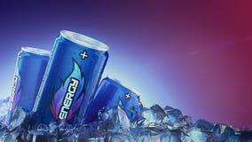 Passage de boissons d'énergie par des glaçons rendu 3d illustration stock