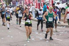 Passage de coureurs par Pinetown pendant les camarades Marathon Images libres de droits