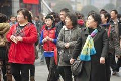Passage de gens par une rue piétonnière occupée Images stock