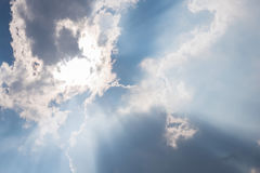 passage de lumière du soleil des nuages blancs Photo stock
