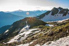 Passage de montagne avec la neige avec vue sur la gamme de montagne dans la brume bleue Image libre de droits