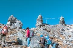 Passage de montagne en Himalaya Népal et groupe des randonneurs photo stock