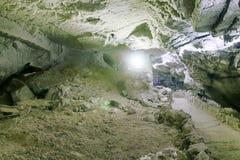 Passage de montagne fait par des personnes, tunnel simple de montagne Photos libres de droits