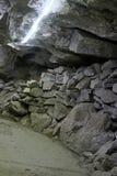 Passage de montagne fait par des personnes, tunnel simple de montagne Photographie stock