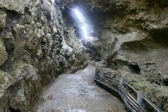 Passage de montagne fait par des personnes, tunnel simple de montagne Photo libre de droits