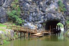 Passage in de rots, één van parken, Curitiba Stock Fotografie