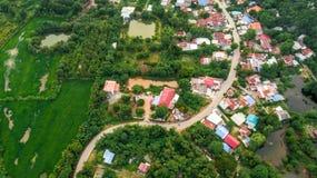 Passage de route de courbe de vue aérienne dans la campagne de village Photo stock