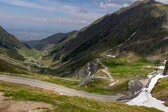 Passage de route de Transfagaras en Roumanie images stock