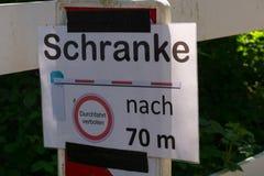 Passage de signe de barrière d'attention interdit en allemand image stock