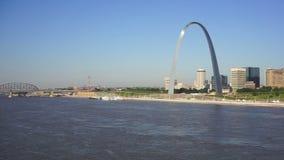 Passage de voûte de St Louis Missouri Downtown City Skyline occidental banque de vidéos