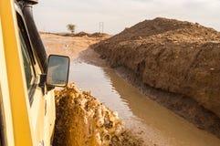 Passage door de modder met een jeep op het spoor in de spleet van Kenia ` s royalty-vrije stock afbeelding