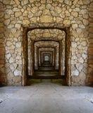 Passage door de steenmuren Royalty-vrije Stock Afbeeldingen