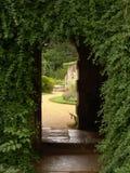 Passage door overwelfde galerij van oude ruïnes Royalty-vrije Stock Foto's