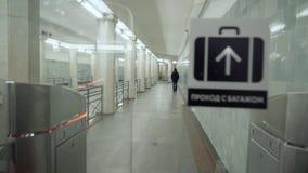 Passage door turnstile in metro van de eerste persoon stock videobeelden