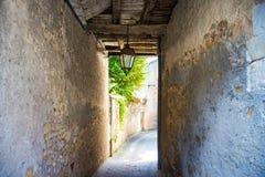 Passage in een smalle oude straat met houten stralen stock foto's
