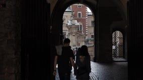 Passage en poorten van binnenplaats aan een binnenwerf van Koninklijk Wawel-Kasteel stock footage