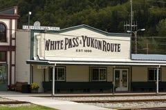 Passage et dépôt blancs de rail du Yukon dans Skagway images libres de droits