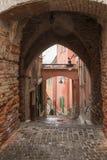 Passage för fyrkant för fragmentguldsmed` s nära till den lilla fyrkanten i en regnig dag Sibiu stad i Rumänien Arkivfoto
