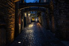 Passage för ` s för St Catherine på natten i Tallinn royaltyfri bild