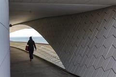 Passage för samtida konstmuseum med sikt till Tagus River royaltyfria foton