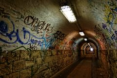 Passage foncé d'undergorund avec la lumière Photographie stock