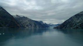 Passage i Stilla havet mellan två bergskedjor Lugna fridsamt vatten som långsamt flödar under en molnig himmel arkivfoton