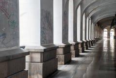 Passage med kolonner och ljus Arkivbilder