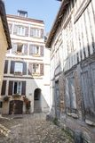 Passage med medeltida hus som är i stadens centrum i Honfleur france normandy royaltyfri fotografi