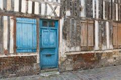 Passage met middeleeuwse huizen van de binnenstad in Honfleur, Frankrijk Stock Foto's