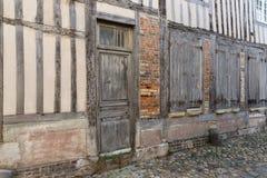 Passage met middeleeuwse huizen van de binnenstad in Honfleur, Frankrijk Stock Afbeeldingen