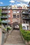 Passage met treden onder een huis in de stad stock foto