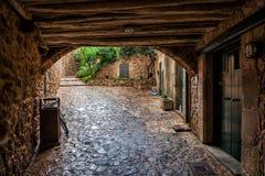 Passage på den lappade gatan i Tossa de Mar arkivfoto