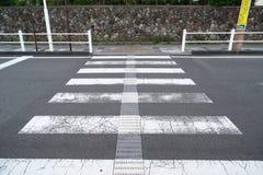 Passage piéton à travers la rue qui n'a aucune barrière Photographie stock libre de droits