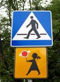 Passage piéton de panneaux routiers et soigneusement, enfants Photo libre de droits