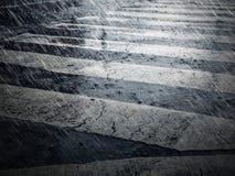 Passage piéton et pluie tombant dans la ville pleuvant le fond Images libres de droits