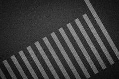 Passage piéton vide sur la route goudronnée images stock