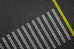 Passage piéton vide sur la route goudronnée photographie stock