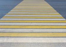 Passage pour piétons blanc et jaune dans la ville piéton Inscription sur la route image stock
