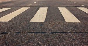 Passage pour piétons sur la route au jour Images libres de droits
