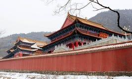 Passage remarquable de neige le temple antique de millénium photographie stock libre de droits