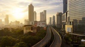 Passage supérieur vide avec des gratte-ciel au temps de coucher du soleil Images libres de droits