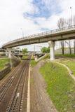 Passage supérieur de voiture fonctionnant au-dessus des voies de chemin de fer Photographie stock libre de droits