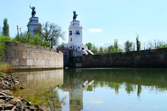 Passage sur la rivière avec deux sculptures des cavaliers Photo libre de droits