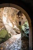 Passage under bron i den Czocha slotten i Polen royaltyfri foto