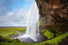Passage under vattenfallet Seljalandsfoss Royaltyfri Foto